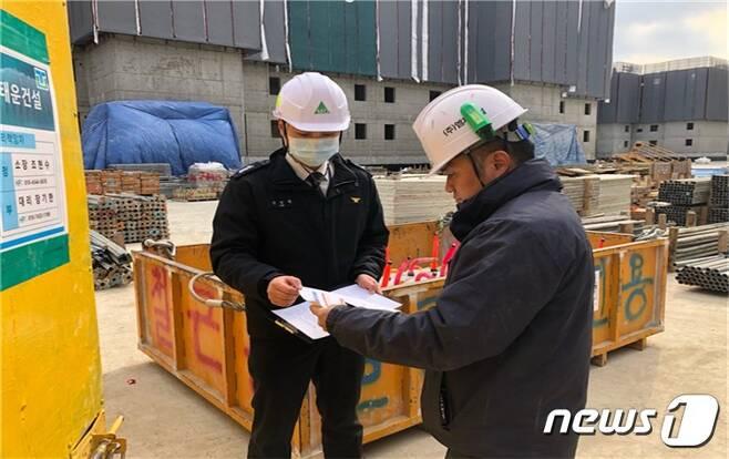 공사장 안전점검(춘천소방서 제공)© 뉴스1