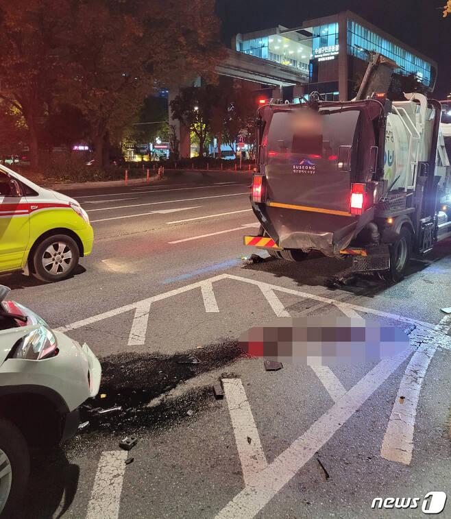 6일 오전 3시 43분쯤 대구 수성구 수성구민운동장역 인근 도로에서 BMW 차량이 음식물 쓰레기 수거차를 뒤에서 들이받았다. 이 사고로 환경미화원 1명이 다리가 절단돼 병원으로 옮겨졌으나 숨졌다. (대구소방안전본부 제공) 2020.11.6/뉴스1 © News1 남승렬 기자