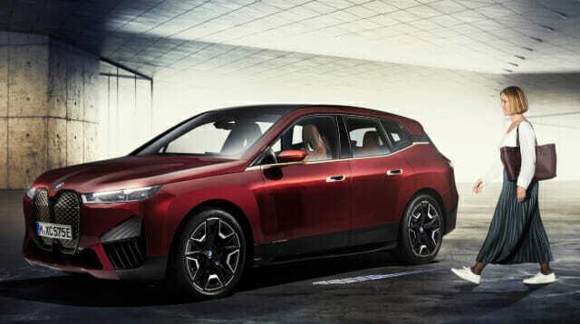 BMW는 아이폰을 직접 접촉하지 않아도 차량 도어가 원격으로 제어될 수 있는 '디지털 키 플러스' 기술을 전기차 iX부터 적용한다고 밝혔다. (사진=BMW)
