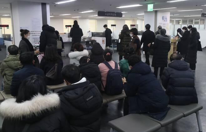 사진/ 13일 오후 서울 마포구 서울서부고용복지플러스센터가 실업급여 신청을 위해 찾은 시민들로 북적이는 모습이다. 통계청이 이날 발표한 '2020년 12월 및 연간 고용동향'에 따르면 지난해 취업자 수는 2690만 4000명으로 2019년보다 21만 8000명 줄었다. 이는 지난 1998년 국제통화기금(IMF) 외환위기 이후 최대 감소폭이다. 2021. 1. 13 / 장련성 기자