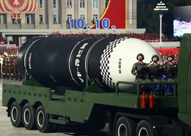 지난해 10월 노동당 창건 75주년 기념 열병식에서 공개된 발사관 6개를 탑재한(6연장) 신형 잠수함발사탄도미사일(SLBM). 신형 SLBM 동체에 '북극성-4A'로 추정되는 글씨가 찍혀 있었다. 연합뉴스