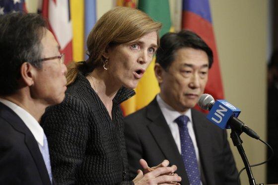 2016년 2월 서맨사 파워(가운데) 당시 유엔 대표부 미국 대사가 북한의 장거리 미사일 발사시험과 관련해 한·미 대표와 기자회견을 하는 모습. [AP=연합뉴스]