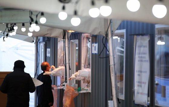 '북극한파'가 한반도를 덮친 6일 오전 서울 중구 서울역에 마련된 신종 코로나 바이러스 감염증(코로나19) 임시 선별진료소에서 시민들이 줄 지어 검사를 받고 있다. 뉴스1