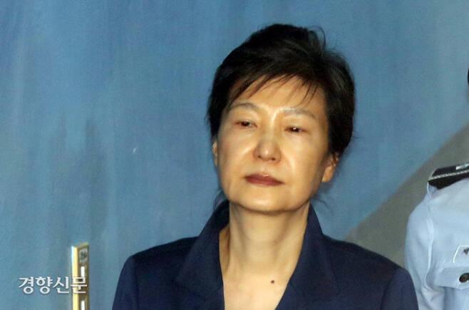 2017년 서초구 서울중앙지법에서 열린 속행공판에 출석하는 박근혜 전 대통령. 경향신문 자료사진