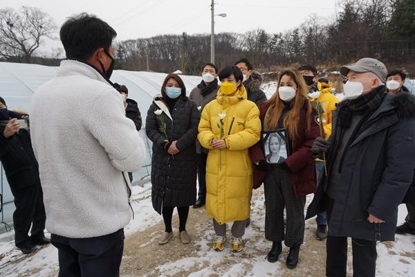 정의당 관계자들와 이주민 지원 단체 활동가들이 12일 숙헹씨가 숨진 채 발견된 비닐하우스 숙소 접근을 시도하고 있다.