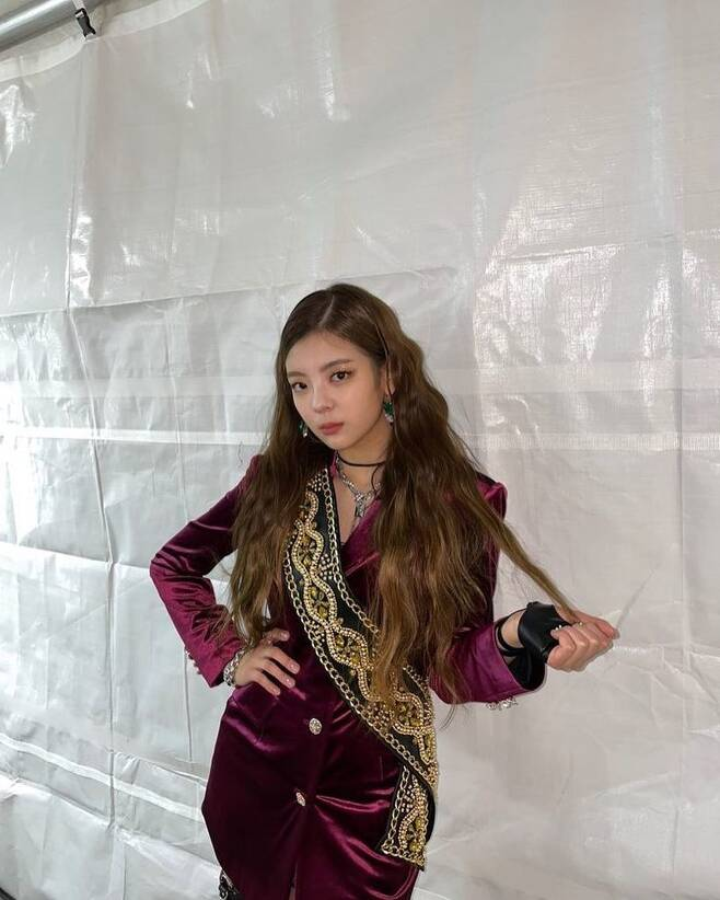 Group ITZY member Lia has revealed her beautiful beauty.Lia posted several photos on the official ITZY Instagram on January 14 with the post Hope you liked it.In the photo, Lia reveals her colorful stage costume and boasts a unique goddess visual.Lia showed a reversal story charm with a chic look and a cute look at the same time.On the other hand, Lias group ITZY released its mini album Not Shy on August 17th.