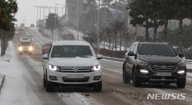 [제주=뉴시스]양영전 기자 = 많은 눈이 내린 지난 7일 오전 제주시 연북로 인근 도로에서 눈길을 해치며 차량들이 이동하고 있다. 2020.01.07. 0jeoni@newsis.com