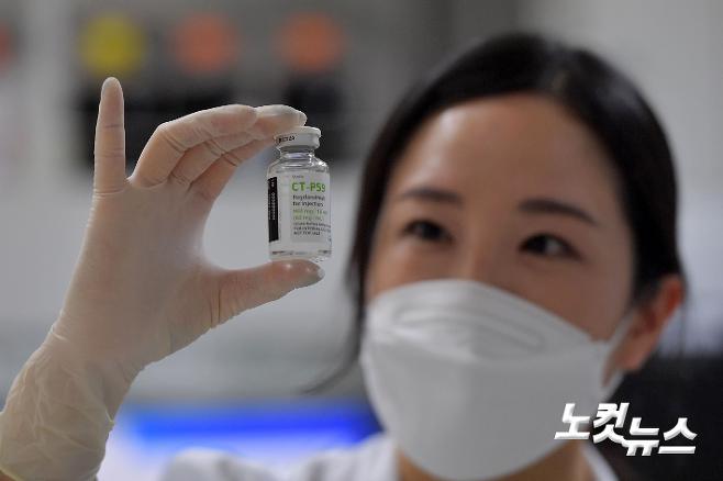 연구원이 셀트리온 코로나19 항체 치료제를 바라보고 있다. 박종민 기자