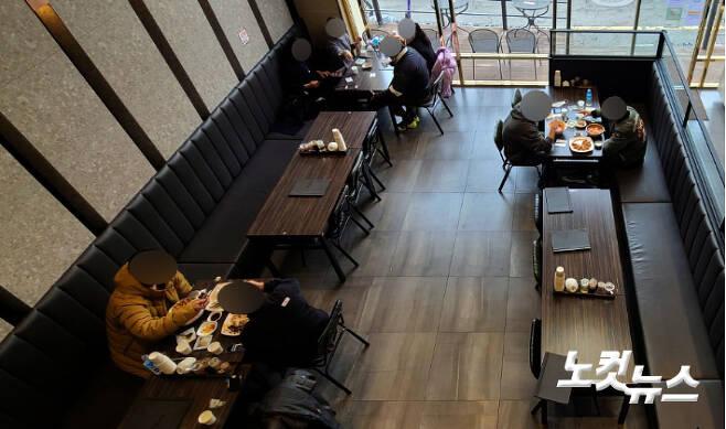 수도권 지역에 5인 이상 집합금지 및 다중이용시설 출입이 제한되는 '연말연시 특별방역 강화대책'이 시행된 지난달 23일 서울 마포구의 한 식당에 손님들이 식사를 하고 있다. 황진환 기자