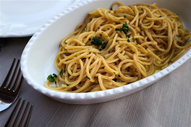 이탈리아 남부 어느 지방에서 접한 앤초비 파스타. 이탈리아는 물론 전 세계에서 즐겨 먹는 파스타는 거창한 재료를 필요로 하는 요리가 아니다. 각 지역의 식문화에 따른 재료를 활용해 다양하게 변주할 수 있다.