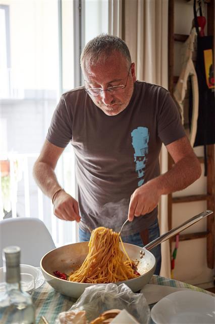 이탈리아 나폴리의 한 가정에서 요리한 토마토 오일 파스타. 파스타 면과 올리브유, 치즈, 토마토, 마늘로 간단히 만들 수 있다.