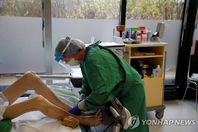 코로나19 환자를 돌보는 독일 의료진[로이터=연합뉴스]