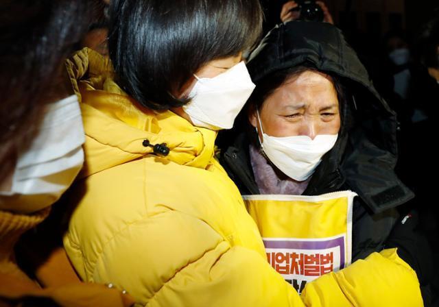 고 김용균씨 어머니 김미숙(오른쪽)씨가 지난 8일 중대재해기업처벌법의 국회 본회의 통과 직후 강은미 정의당 원내대표와 포옹하고 있다. 오대근 기자