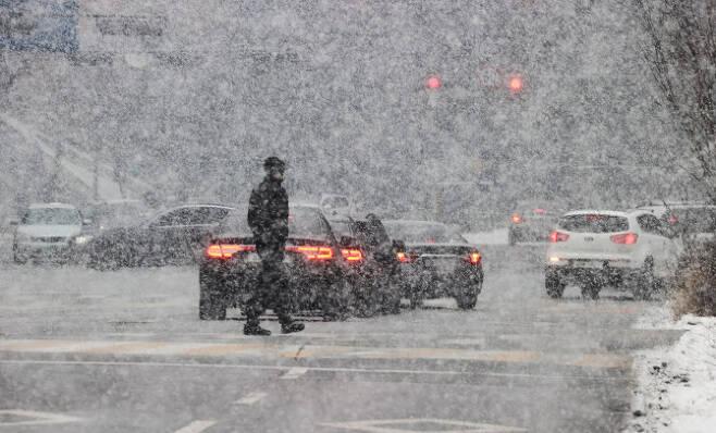 지난 12일 눈이 내리는 서울 동부구치소 앞을 한 시민이 지나고 있다. (사진=연합)