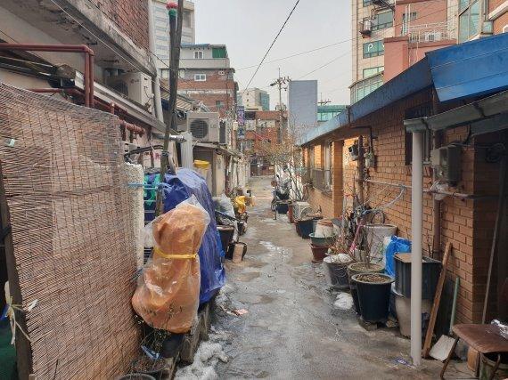 지난 15일 정부가 발표한 공공재개발 후보지에 선정된 서울 흑석2구역의 비좁한 주택가 골목이 각종 생활 물건들이 방치돼 동행에 불편을 주고 있다. /사진=김동호 기자