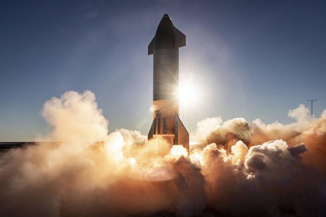 지난달 9일(현지시간) 미국 텍사스주 남부 보카치카의 캐머런 카운티에서 발사된 '스타십' 로켓. 메탄을 연료로 한 엔진을 사용한다.   UPI연합뉴스