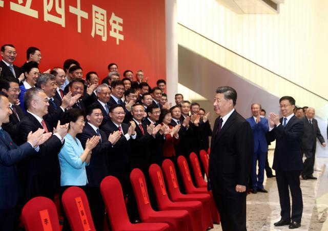 시진핑 중국 국가주석이 지난해 10월 광둥성 선전에서 열린 선전경제특구 40주년 경축 행사에서 참석자들과 인사를 나누고 있다. 선전=AP 연합뉴스