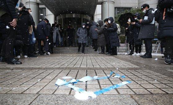 이재용 삼성전자 부회장이 18일 서울고등법원에서 법정구속됐다. 사진은 이 부회장이 불구속 될 경우를 대비해 취재진이 설치해 놓은 포토라인의 모습. 우상조 기자