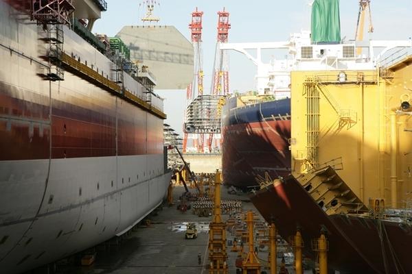도크에서 건조중인 선박들. /사진=대우조선해양