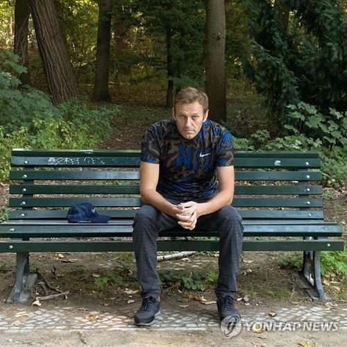 독일 베를린의 병원에서 나온 뒤 시내 벤치에 앉아있는 나발니  [EPA=연합뉴스 자료사진]