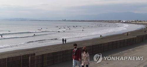 코로나19 신규 확진자가 급증해 긴급사태가 발효 중인 일본 가나가와현의 쇼난 해안에서 17일 오후 쌀쌀한 날씨에도 서퍼들이 겨울 서핑을 즐기고 있다.