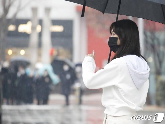 배우 이지아가 21일 오후 서울 목동 SBS에서 열린 SBS 라디오 파워FM '두시탈출 컬투쇼'를 마친 뒤 팬들에게 다가가고 있다. 2021.1.21./뉴스1 © News1 권현진 기자
