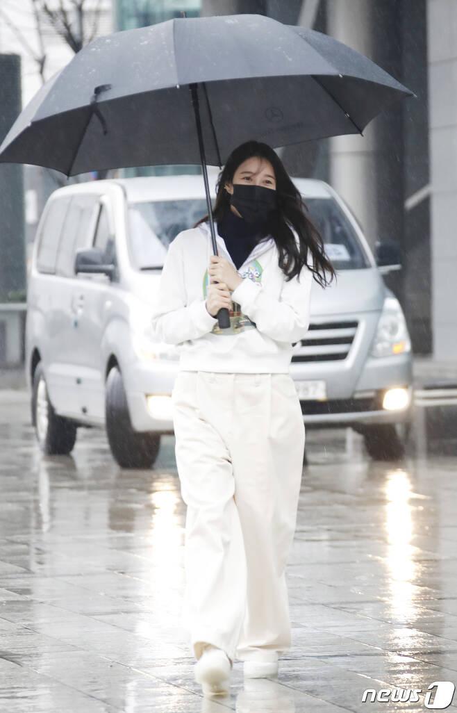 배우 이지아가 21일 오후 서울 목동 SBS에서 열린 SBS 라디오 파워FM '두시탈출 컬투쇼'를 마친 뒤 우산을 쓰고 퇴근을 하고 있다. 2021.1.21./뉴스1 © News1 권현진 기자