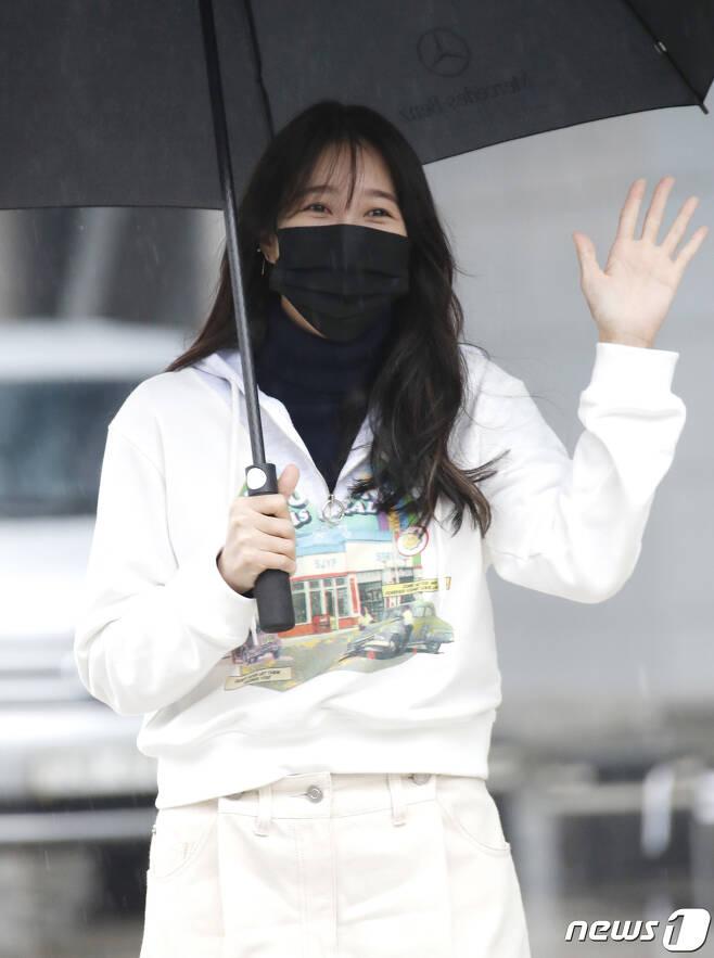 배우 이지아가 21일 오후 서울 목동 SBS에서 열린 SBS 라디오 파워FM '두시탈출 컬투쇼'를 마친 뒤 반가운 소인사를 하고 있다. 2021.1.21./뉴스1 © News1 권현진 기자