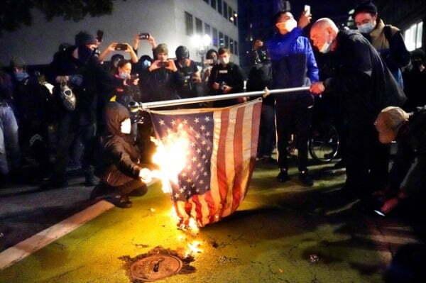 미국 대선 다음날인 지난해 11월4일(현지시간) 오리건주 포틀랜드에서 시위대가 성조기를 불태우고 있다. /사진=연합뉴스
