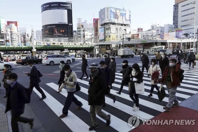 마스크 쓰고 횡단보도 건너는 도쿄 시민 (도쿄 AP=연합뉴스) 일본이 신종 코로나바이러스 감염증(코로나19) 확산으로 비상인 가운데 19일 수도 도쿄에서 마스크를 쓴 시민들이 횡단보도를 건너고 있다. sungok@yna.co.kr