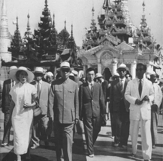 <1966년 4월 문혁 직전 미얀마 방문 당시의 류샤오치와 왕광메이의 모습. 문혁사가들은 해외방문 시 왕광메이의 화려한 의상이 장칭의 시기심을 촉발했다고 추측한다./ 공공부문>