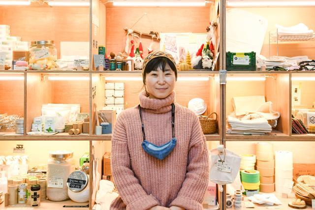 고금숙 알맹상점 대표가 지난 11일 서울 마포구 알맹상점에서 일회용품 줄이기 실천법에 대해 설명하고 있다. 이한호 기자