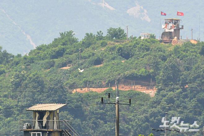 경기도 파주시 접경지역 북한군 초소에 인공기가 걸려 있다. 박종민 기자