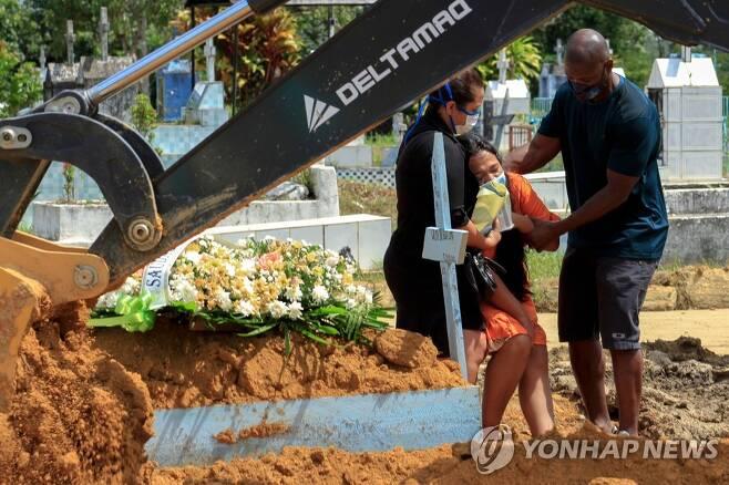 브라질 마나우스의 한 공동묘지에서 코로나19 사망자를 애도하는친척 [AFP=연합뉴스]