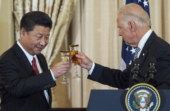 2015년 9월 미국 워싱턴DC에서 만난 시진핑(왼쪽) 중국 국가주석과 조 바이든 미국 대통령 당선자.  (사진=AFP)
