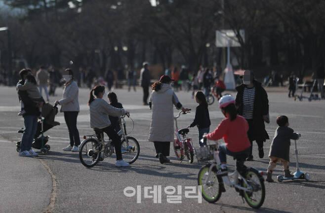 [이데일리 노진환 기자] 포근한 날씨를 보인 24일 서울 영등포구 여의도공원에서 시민들이 자전거를 타며 오후를 즐기고 있다.