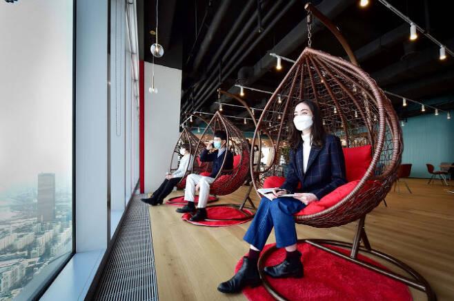 ▲여의도 파크원 Tower1에 위치한 LG에너지솔루션 본사 63층 '소통 라운지'에서 직원들이 휴식을 취하고 있다. (사진=LG에너지솔루션)