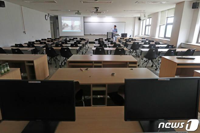 지난해 8월31일 경기 소재 한 대학 강의실에서 교수가 비대면 수업을 준비하고 있다./뉴스1 © News1 조태형 기자