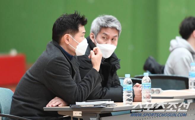 김상식 대표팀 감독(오른쪽)과 조상현 코치. 사진제공=KBL