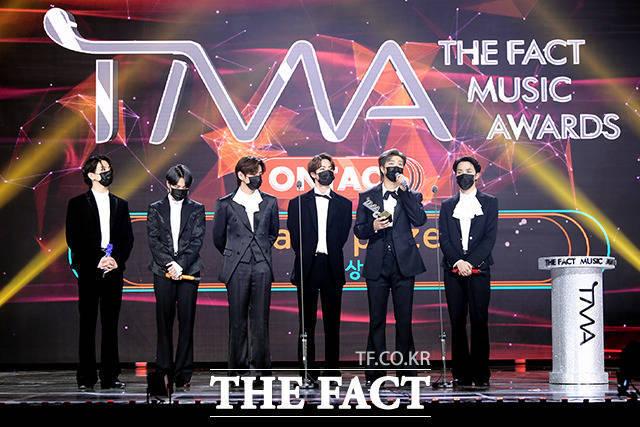지난해 12월 12일 진행된 '2020 더팩트 뮤직 어워즈(THE FACT MUSIC AWARDS, TMA)'에서 방탄소년단이 대상을 수상한 후 소감을 밝히는 모습. /이선화 기자