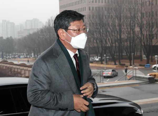 이용구 법무부 차관이 22일 오전 정부과천청사로 출근하고 있다./연합뉴스