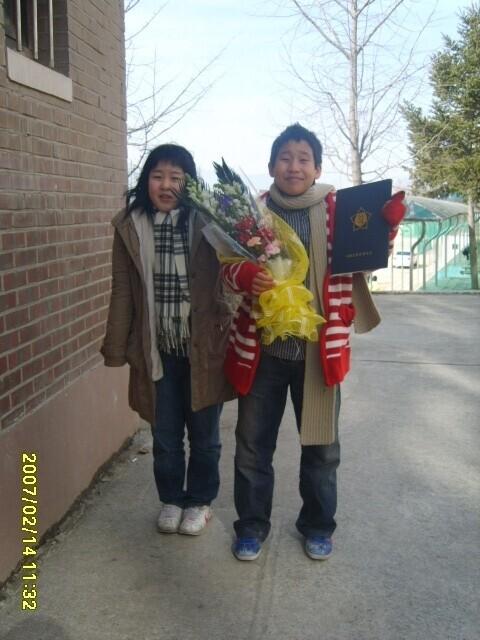 2007년 2월14일 태규 초등학교 졸업식. '까불이' 태규랑. 누나에게 유난히 각별했던 태규는 중학생 때 다리를 다치기 전까지 축구 선수였다.
