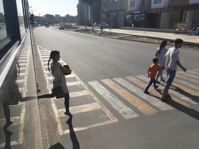 우즈베키스탄 사마르칸트에서 유적지로 가는 트램 정류장이 따로 있지 않고 도로 위에서 타고 내린다. 이동학 작가