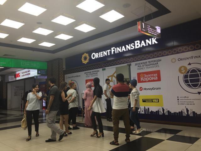 현금이 늘 부족해 우즈베키스탄 은행 앞의 현금 지급기 앞은 사람들로 붐빈다. 이동학 작가