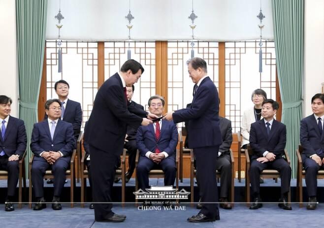 문재인 대통령이 윤석열 검찰총장에게 임명장을 전달하는 모습. 사진=청와대