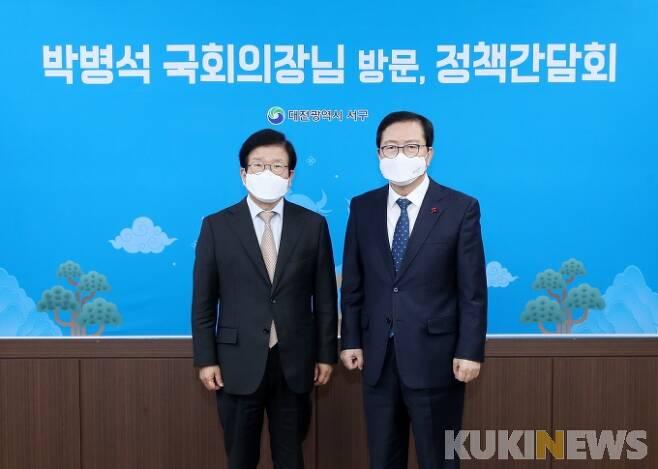 대전 서구(구청장 장종태)는 대전을 방문한 박병석 국회의장(왼쪽)에게 지역 주요 현안에 대해 보고하고 국회 차원의 관심과 지원을 요청했다. 기념촬영 모습.
