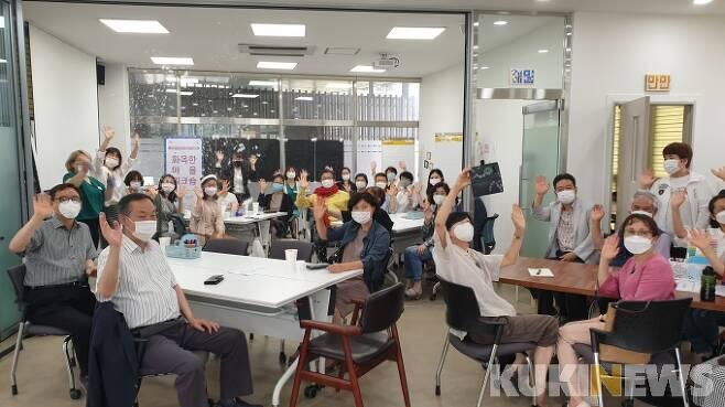정용래 대전 유성구청장이 마을 커뮤니티 공간 '꿈샘'에서 진행되고 있는 주민 역량강화 워크숍에 참석한 모습.