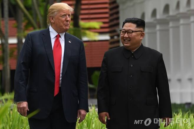 싱가포르 센토사 섬 카펠라호텔에서 만난 김정은 북한 국무위원장(오른쪽)과 도널드 트럼프 당시 미국 대통령. 2018.6.12 /사진제공=뉴스1/AFP