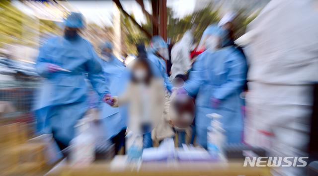 [광주=뉴시스] 류형근 기자 = 24일 오전 광주 북구 신용동 한 유치원에서 방역당국이 어린이들을 대상으로 신종 코로나바이러스 감염증(코로나19) 전수 검사를 하고 있다. 2021.01.24. hgryu77@newsis.com