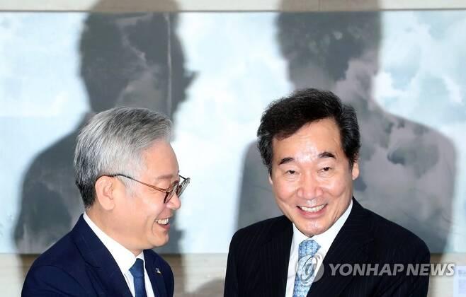 민주당 이낙연 대표(오른쪽), 이재명 경기지사 [연합뉴스 자료사진]